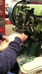 Le travail de confection d'une charentaise au sein de l'Atelier Charantaises, en 2021
