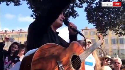 Francis Lalanne demande à son public à Nice d'enlever son masque et de s'embrasser