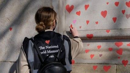 Londres : une fresque géante de 150 000 cœurs pour les victimes du Covid-19