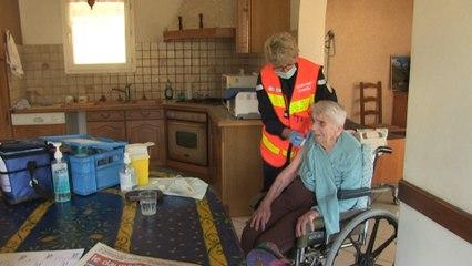Dans les villages isolés, les pompiers vaccinent à domicile