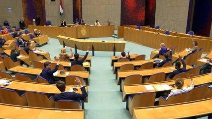 Rutte sobrevive a la moción de censura, pero el Parlamento lo desaprueba