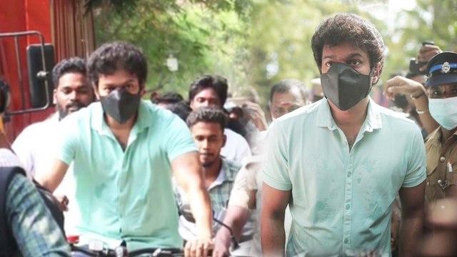 ಸೈಕಲ್ ನಲ್ಲಿ ಬಂದು ವೋಟ್ ಹಾಕಿ ಮೋದಿಗೆ ಟಾಂಗ್ ಕೊಟ್ಟ ವಿಜಯ್   Filmibeat Kannada