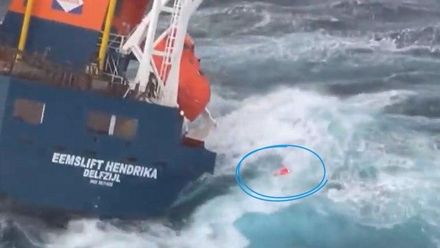 L'équipage d'un cargo hors de contrôle sauvé en pleine tempête