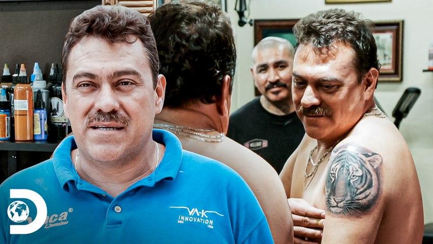 Navarro le pide a un cliente que lo tatúe   Mexicánicos   Discovery Latinoamérica