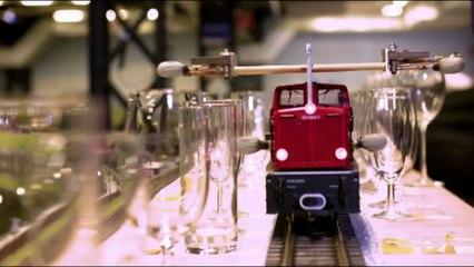 Voici le record de la plus longue mélodie jouée sur des verres... avec un train miniature !