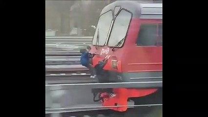 Effrayant : des enfants accrochés à l'arrière d'un train