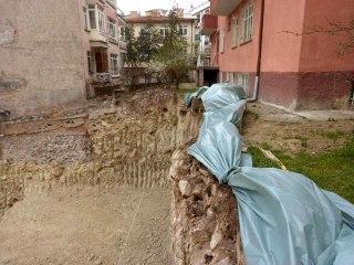 Ankara'da temelinde toprak kayması oluşan 3 katlı Saadet apartmanı tahliye edildi