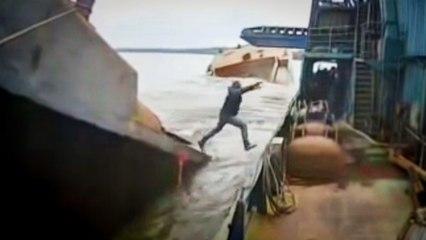 Une barge surchargée se brise en deux, un ouvrier saute pour se mettre à l'abri