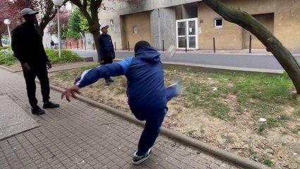 «Tout le monde veut tenter sa chance» : à Evry, viser cette lucarne avec un ballon de foot déchaîne les passions