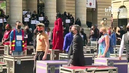 L'action « flight case » des intermittents du spectacle devant le théâtre de l'Odéon