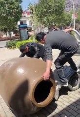 Deux génies essayent de charger un pot de terre sur un remorqueur !