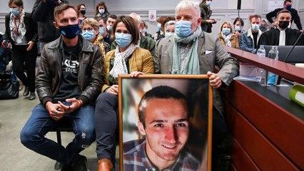 Procès Lelandais : le père d'Arthur Noyer affiche la photo de son fils dans la salle d'audience