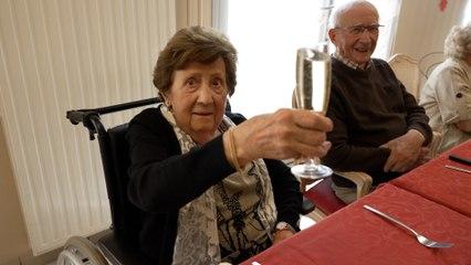 « Il y aura du champagne ?» : vaccinés, les résidents d'EHPAD reçoivent un Top Chef au déjeuner