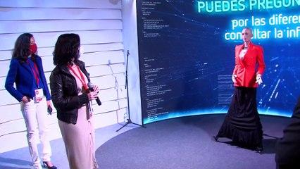 Ayuso conoce a 'Sophia', la robot que dará los datos de las elecciones en tiempo real el próximo 4M