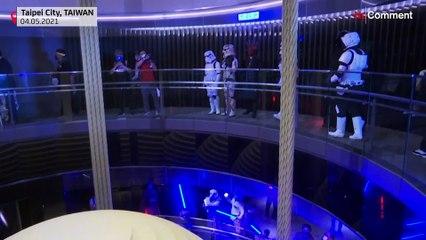 شاهد:  العشرات من محبي حرب النجوم يتجمعون في أعلى بناية في تايوان
