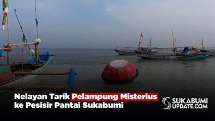 Nelayan Tarik Pelampung Misterius ke Pesisir Pantai Sukabumi