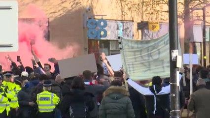 Aficionados del Arsenal aprovechan la previa frente al Villarreal para manifestarse contra la directiva