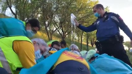 Los servicios de emergencia rescatan a un ciclista accidentado en un camino de tierra de Madrid