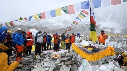 Un alpiniste népalais gravit l'Everest pour la 25ème fois, un record mondial