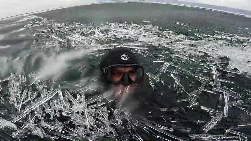 Nager dans des aiguilles de glace ou Pipkrake dans le lac Baïkal en Russie