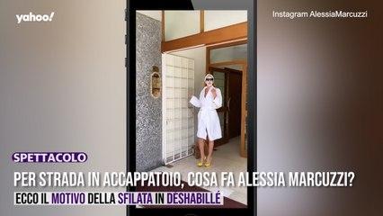 Per strada in accappatoio, cosa combina Alessia Marcuzzi?