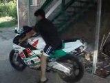 Régis fait un burnout avec sa nouvelle moto