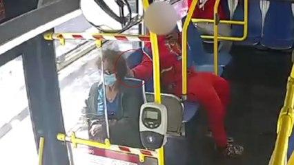 Le prenden fuego al cabello de una mujer en un autobús por diversión