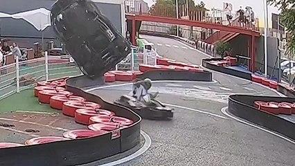 Un karting fait un 360 dans les airs après un accident