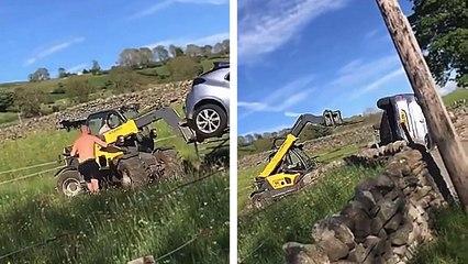 Un agriculteur en colère défonce une voiture sur son chemin avec un chariot télescopique
