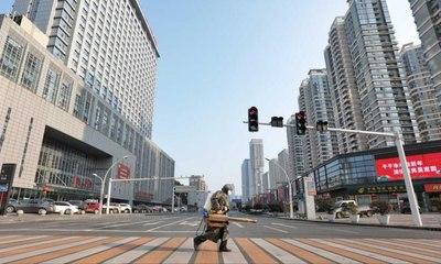 انفجار شارع بالكامل من باطن الأرض في ووهان الصينية