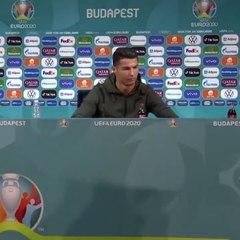 Cristiano Ronaldo met de côté les bouteilles de Coca-Cola en conférence de presse [POR - HUN EURO 2020]