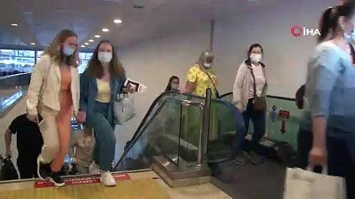 Kısıtlamaların kaldırılmasının ardından Antalya'ya Rus turistler gelmeye başladı
