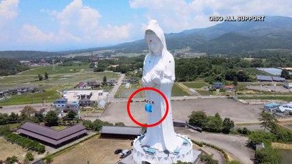 Cubrebocas en una estatua en Japón.