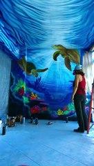 Cette artiste peint l'océan sur les murs d'une chambre