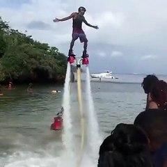 Un homme gère le flyboard mais ça finit mal quand même !