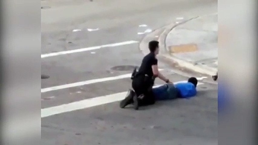 Un policier tase son collègue par erreur pendant une arrestation !