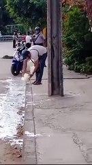 Cubano bota yogurt a la calle