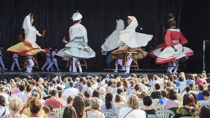 Los gigantes de Pamplona bailan en el espectáculo de la Ciudadela