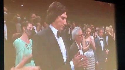 Adam Driver fume une cigarette dans le palais des festivals de Cannes