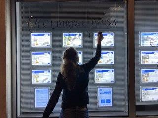 VIDÉO. Ils éteignent les vitrines de Niort
