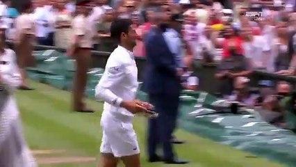 Après sa victoire à Wimbledon, Novak Djokovic offre sa raquette à une petite fille