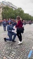 Un militaire de l'armée demande sa fiancée en mariage juste avant le défilé du 14 juillet