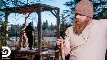 Construyen ahumador en frío para preservar comida | 100 Días a lo salvaje | Discovery En Español