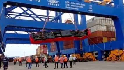 Locomotora cae de una grúa en un puerto indio