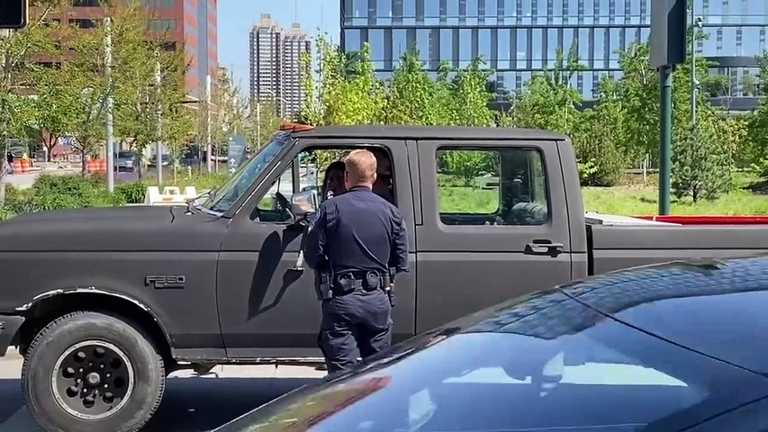 Cops in Indianapolis eject pregnant woman from pickup truck on the road-tKsOC6TufTo