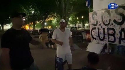 Grupo de cubanos acampan en Washington para cuidar pancartas y carteles