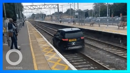 Seperti di GTA! Mobil Masuk Rel Kereta - TomoNews