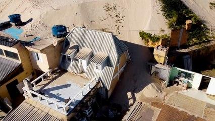 Dunas de arena se tragan las casas de vacaciones en el sur de Brasil