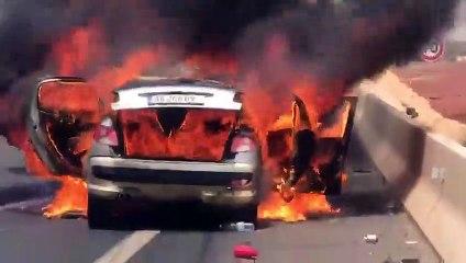 Images impressionnantes : une voiture prend feu sur l'autoroute à péage