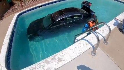 Conductor aprendiz choca el coche contra la piscina